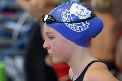 Fokuserad simmerska från Karlskoga