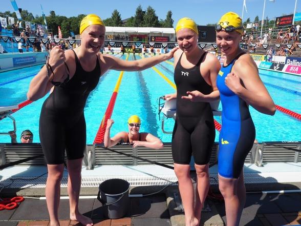 Järfällas tjejer vann juniorernas 4x200m fritt. Sista sträckans Linda Baron flankeras av de tre första sträckornas simmerskor. (klicka på bilden så blir den stor)