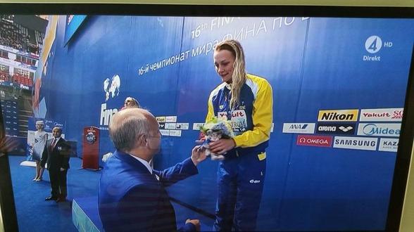 Christer Magnusson fick nöjet att dela ut blommor (kallade sig själv - blombud) och mascot till Sarah Sjöström. Bra jobbat!