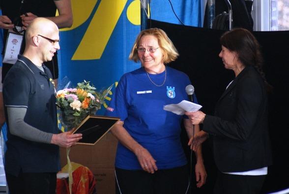 Hariett Bure från Örebro mottar Glen Christiansens stipendium av Masterskommitténs Daniel Lönnberg och Sv Simförbundets Ulla Gustavsson
