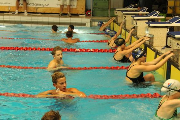 Johan Rydal från Karlstad - på bana 4 - simmade fort - så fort att han var under det gällande Sum-SIm rekordet på 100m fritt. (Sum-SIm rekord kan man bara sätta i riksfinalen)