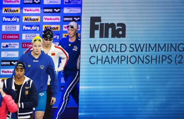 Michelle Coleman gör entré i simarenan för att simma försök 50m ryggsim den fjärde dagen av VM i Doha.