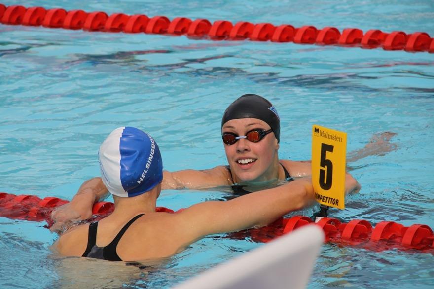 Sophie Hansson och Emma Wahlund efter 100m bröstsim