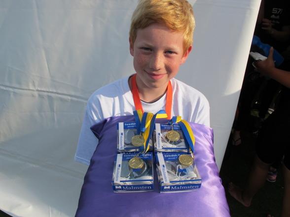 Medaljer och priser bärs fram på (lila) kuddar.
