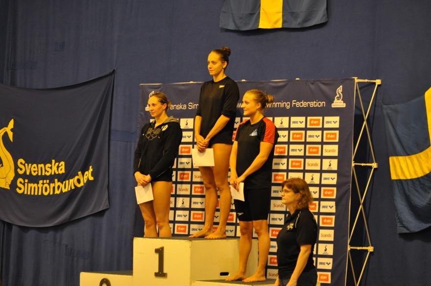Prisutdelning på damernas 100m bröstsim - frv. Brekke, Höstman och Thydén