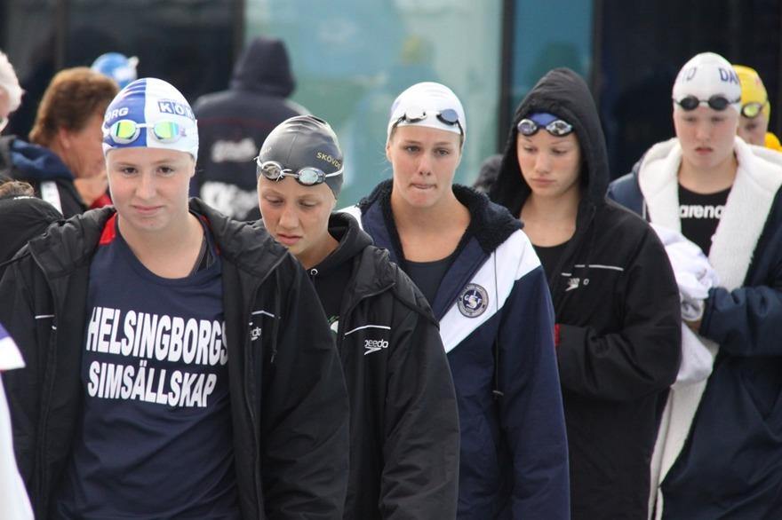 Inmarsch till 15 års flickornas 200m fritt