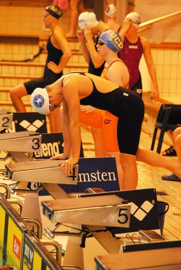 Stina Gardell laddar inför starten på 200m medley