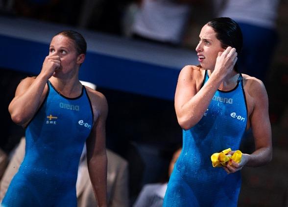 Rebecca Ejderviki och Jennie Johansson efter semifinalen på 50m bröstsim. Jennie tog sig vidare till final men Becca blev 16:e och sista simmerska och utslagen från vidare simmande.
