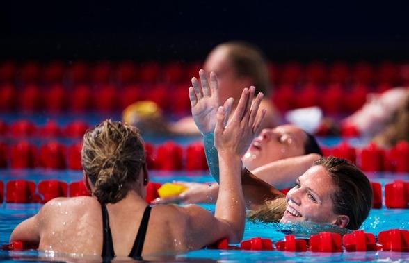 Ruta Meilutyte (ryggen mot) satte det andra världsrekordet för dagen på 50m bröstsim. Här gratuleras hon av Yulia Efimova som blev av med rekordet - som hon satte i förmiddags.