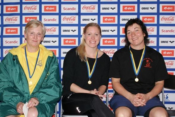 På vägen från prisutdelningen till fotosession blev vi av med en del simmare men på plats i alla fall Maria Norberg - till höger som slog världsrekord på 50m fritt i 50-54-klassen