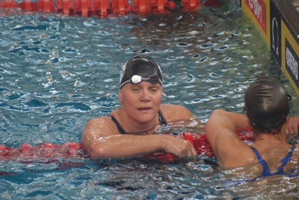 Anna Karin Josefsson såg så här trött ut efter svenskt rekord på 100m bröstsim
