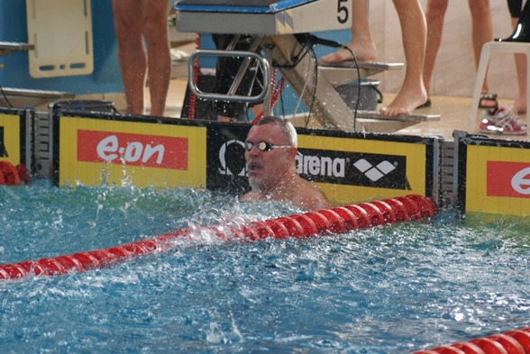 En av massor med simmare i lagkapperna var arenachefen i Sundsvall, tidigare landslagssimmaren och svenske mästaren Hasse Bergqvist. 26,88 hade han i hemmalaget.