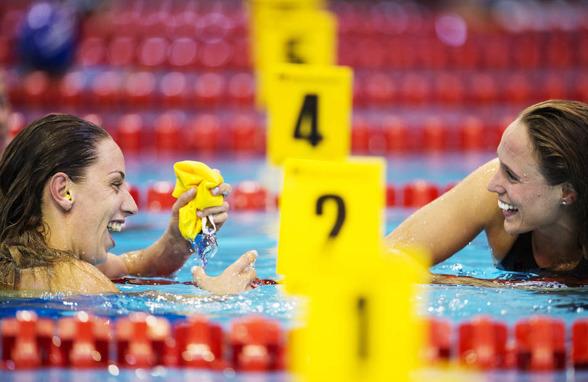 Jennie Johansson och Rikke Möller Pedersen längst fram på bröstsimmet