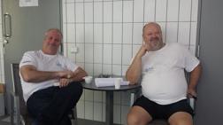 Herrar Per (Skarin) från Vellinge och Björken (Mikael Björklund) från S71 Hässleholm tar en stilla morgonkaffe innan första start i YStad