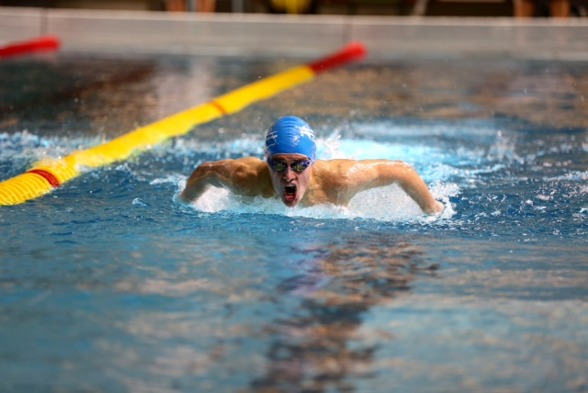 Erik Björklund simmar 200m fjäril i Skellefteå
