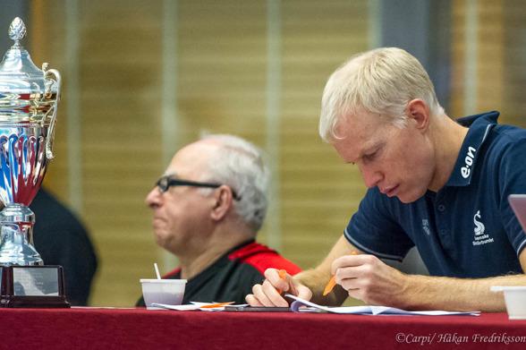 Simförbundets SPortchef Henrik Forsberg studerar startlistan under förmiddagens försök.