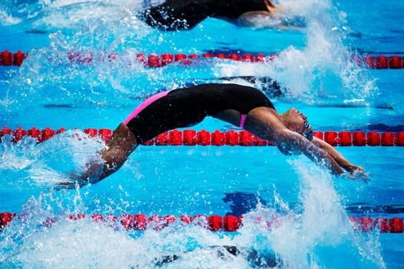Bra tryck i starten av Caroline Puamau, Fiji - på 50m ryggsim.