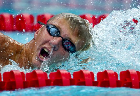 Oscar Ekström från LASS slog Anders Holmertz rekord på 200m fritt.