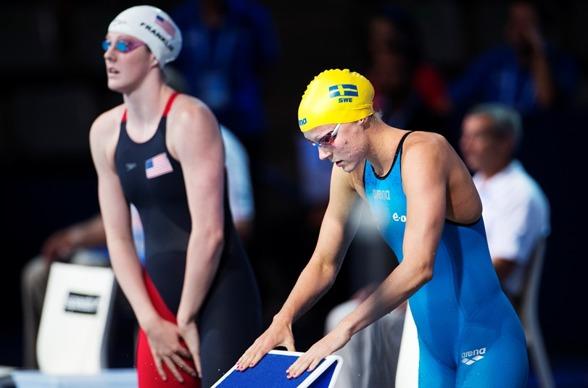 Sarah Sjöström  här tillsammans med Missy Franklin - skkade av sig guldet igår och simmade försök på 200m fritt i morse. Vidare till semifinalen.
