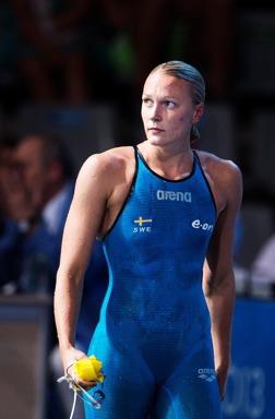Sarah Sjöström ser sammanbiten efter att ha gått till final på damernas 200m fritt