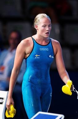 MIchelle Coleman lämnar simarenan efter att ha simmat till sig 10:e platsen på 200m fritt och ett nytt personligt rekord.