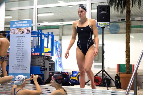 Sarah Sjöström närmar sig bassängen med försiktighet innan insimningen......