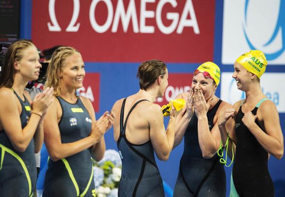 Australie3n till höger firar segern på 4x100m fritt