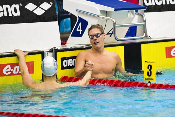 Adam Paulsson gratuleras efter sin seger på 400m fritt - av Victor Johansson