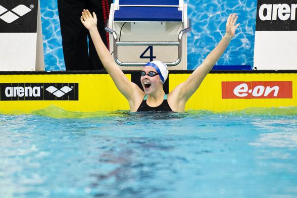 Sophie Hansson jublar efter segern på 100m bröstsim.