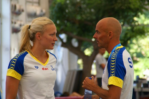 Sarah Sjöström i snack med tränaren Carl Jenner strax innan kvällens finalpass.