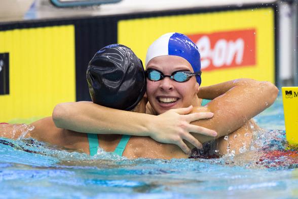 Louise Hansson krmas efter det svenska junirrekordet på 100m medley