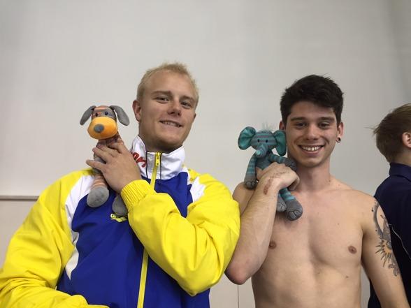 Jesper och Vinko tillsammans med team Sveriges maskotar