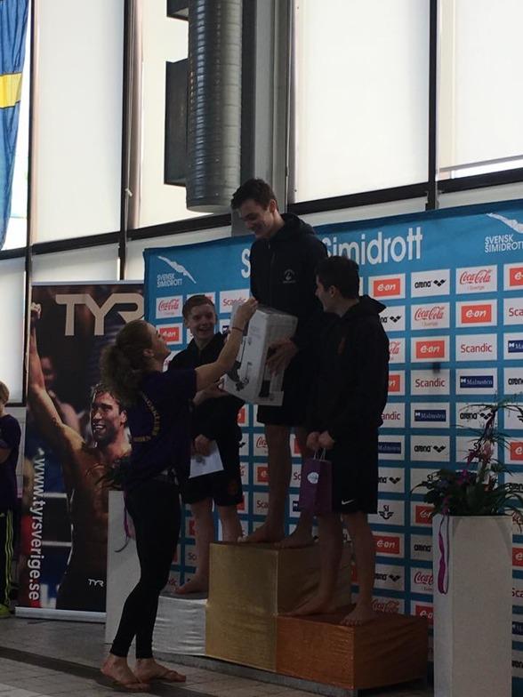 Max Burman tar emot guldmedaljen och förstapriset efter en kanonfinal på 1m