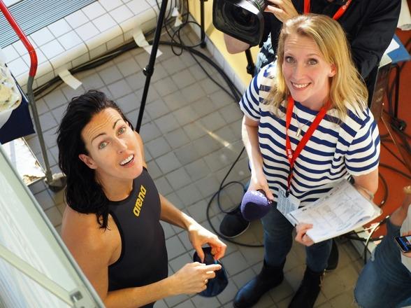 Maria Wallberg på väg att snacka med Therese Alshammar efter 50m fritt