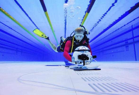 Bildbyråns fotograf Joel Marklund installerar en undervattenskamera på botten av simbassängen inför kvällens finalpass under dag två av sim-EM den 17 maj 2016 i London.