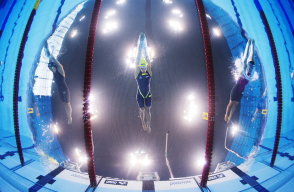 Från kamerainstallationen ovan.. Nederländernas Ranomi Kromowidjojo, Sveriges Sarah Sjöström och Italiens Erika Ferraioli startar i semifinalen på 100 meter frisim under dag två av sim-EM