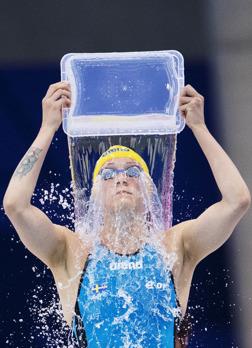 Sarah Sjöström häller vatten över sig strax innan start.