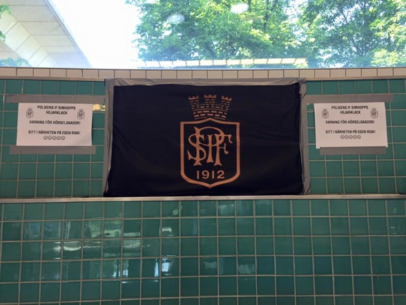 USM i Eriksdalsbadet där en av hemmaklubbarna Stockholmspolisens IF simhopp är redo på läktaren.