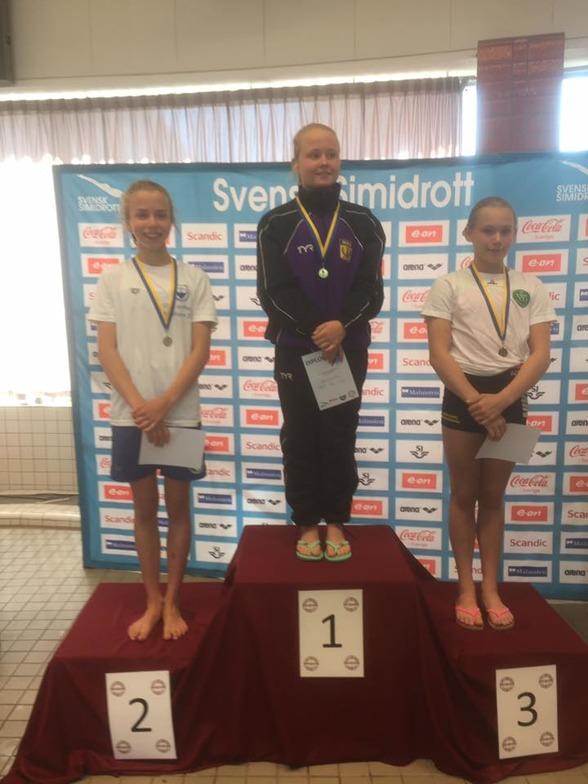 Hanna Stjernström, Hedda Grelz och Emma Johansson på prispallen efter B-flickornas tävling på 1m.