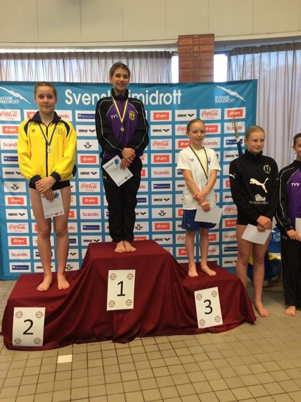 Emilia Nilsson Garip, Sigrid Ekebäck och Nina Janmyr på prispallen efter C-flickornas tävling på 3m.