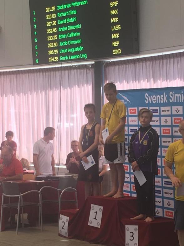 Zackarias Pettersson högst upp på pallen till Jönköpings jubel efter fin hoppning på 1m.