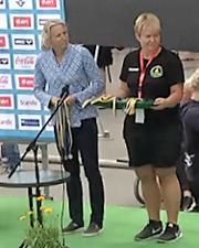 T.v - prisutdelaren, Annette Philipsson                                                          Årets Masterssimmare i Sverige