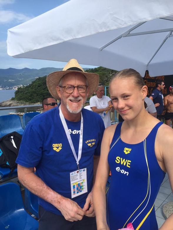 Emma Görebrant Gullstrand, här med coach Brian Bungum, tog sig tillsammans med sin kompis Frida Källgren till en final efter fin hoppning i kvalet på 3m. Finalen startar 16.00 i eftermiddag.