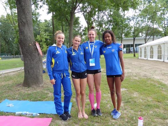 Svenska damlaget på 4x100m fritt på EJM