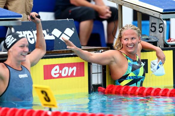 Sarah Sjöström och Michelle Coleman efter finalen på 200m fritt.
