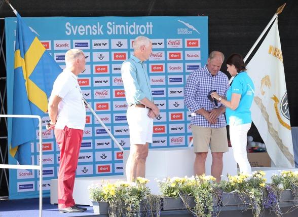´Bengt Baron och Pär Arvidsson erhöll Svenska Simförbundets guldmedalj för exeptionella idrottsliga meriter - för sin två OS-guld vid OS 1980. Medaljerna överlämnades av SSF:S ordförande Ulla Gustavsson.