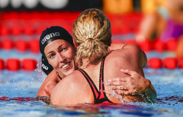 Therese Alshammar gratulerar Sarah Sjöström till segern på 50m fritt