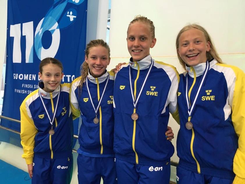 Svenska flicklaget i medley som blev treor: Sverige 3.a 4.26.33 Wilma Persson 1.06.31 Julia Månsson 1.16.07 Alicia Lundberg 1.05.13 Hanna Bergman 58.82