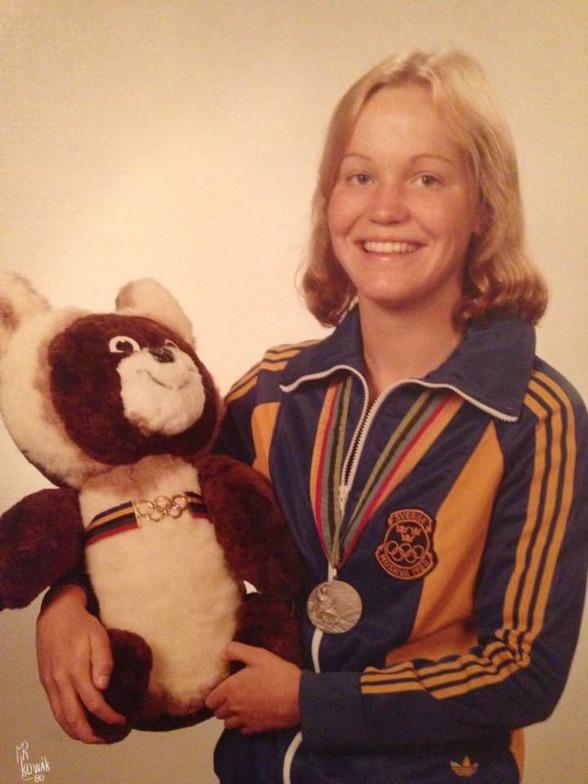 Agneta Måretnsson (numera Baron) såg ut så här när hon poserade med silvermedaljen från lagkappen i Moskva 1980. Nallen är spelen mascot - Misja