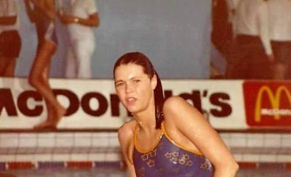Ann Linder - simmade in i Arena-baddräkten modell 1984. Notera att reklamen för McDonalds fanns med i Los Angeles.